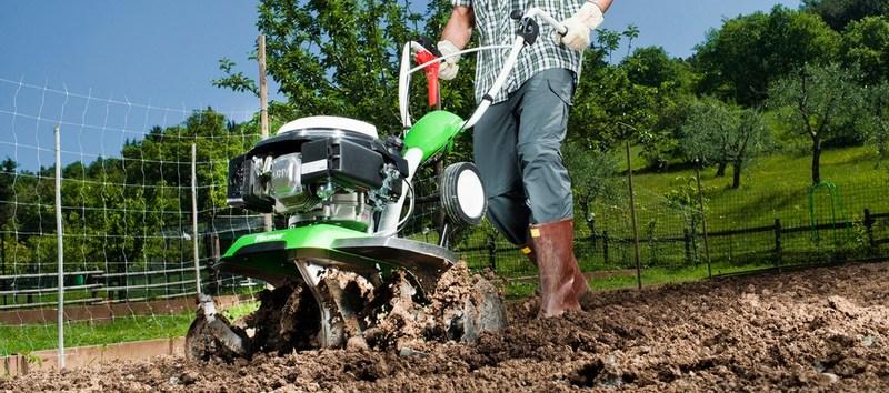 Під час роботи на городі, потрібно бути обережним, аби не травмуватися . Фото: io.ua