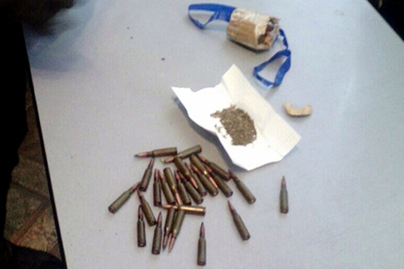 У одного з чоловіків знайшли набої та згорток з речовиною, схожою на наркотичну
