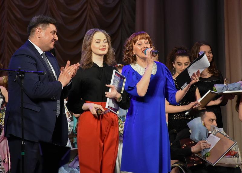 Анастасія Тарнавська (у центрі) представить Україну на фестивалі-конкурсі в Польщі