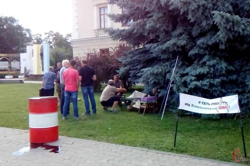 Бійці продовжили протест на головній площі міста