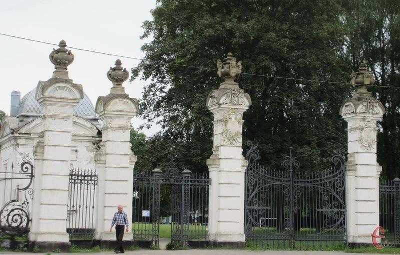 Територія палацово-паркового комплексу в Антонінах, заснованого ще в середині ХVIII століття, зустрічає подорожніх величною брамою