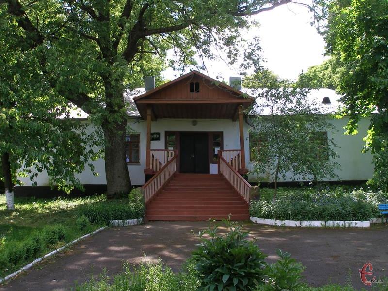 Заклад розташований в унікальному місці – маєтку, в якому поетеса неодноразово бувала