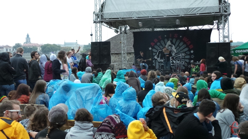 Через вчорашній дощ намокли не лише глядачі, а й апаратура