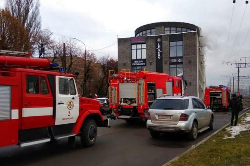 Пожежа сталася близько 15:00 на четвертому поверсі ТЦ
