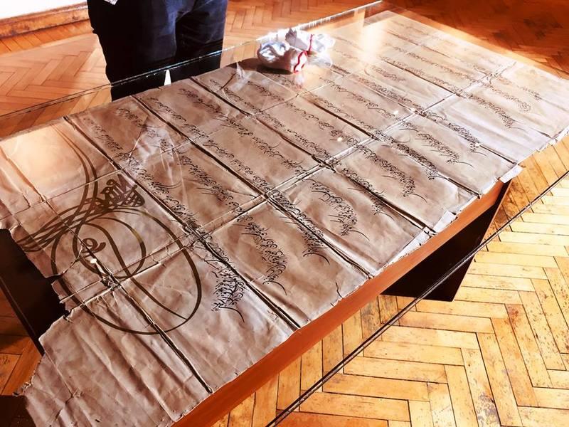 Документ достатньо великого розміру – близько 1 метра 40 сантиметрів в довжину. Написаний він на папері
