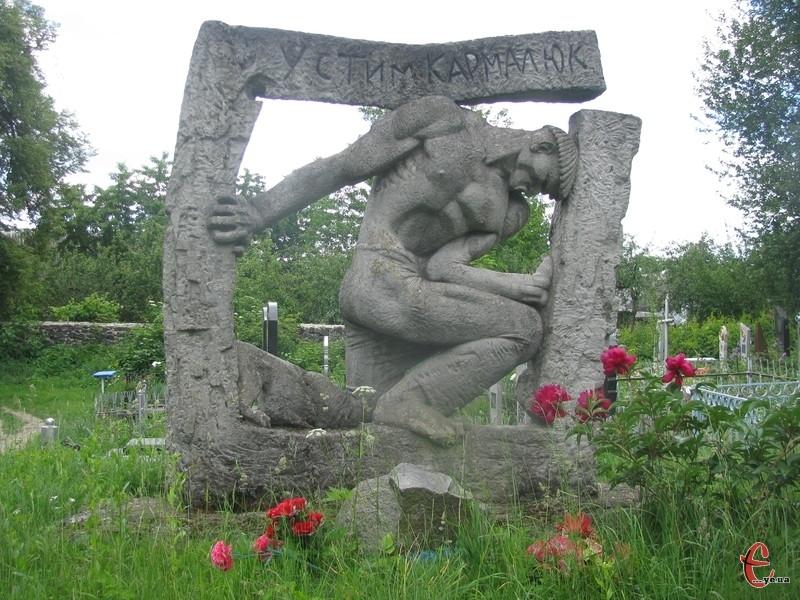 На міському цвинтарі в Летичеві збереглася могила Устима Кармелюка