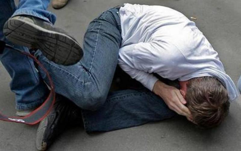 Він удару чоловік впав на землю, але товариш продовжував бив потерпілого ногами