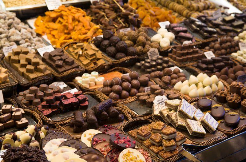 Щороку в середині осені майже повсюдно в США різко збільшується обсяг продажів цукерок, шоколаду, тістечок і традиційних американських десертів.