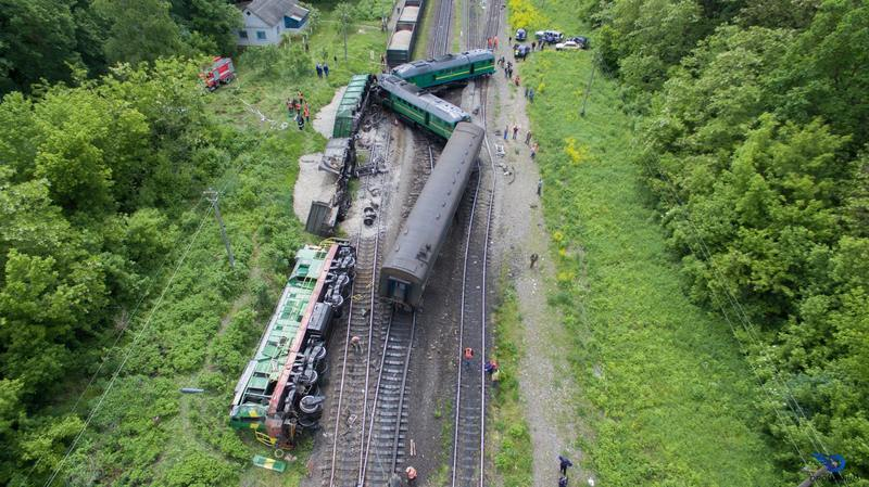 Через зіткнення пасажирського та вантажного потягів шестеро людей отримали травми