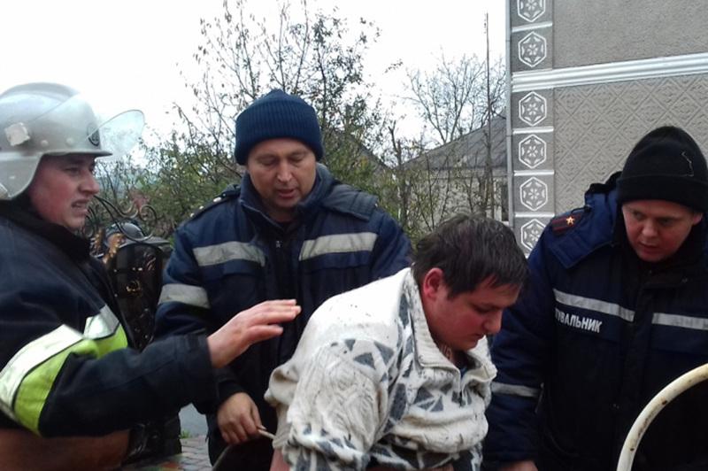 Бійці служби порятунку врятували чоловіка,  що впав у колодязь