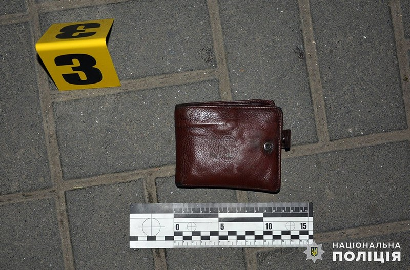 Зловмисник підійшов до 39-річного потерпілого, вдарив його декілька разів, відібрав гаманець