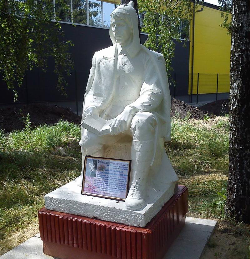 Погруддя Миколи Островському встановлено без жодних документів, кажуть у мерії.