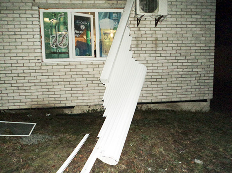 Зловмисник зірвав металеві ролети, розбив скло та проник в магазин