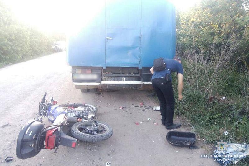 В передмісті Франківська скутер із двома людьми врізався у припарковану вантажівку. Одна людина загинула на місці, за життя іншої борються лікарі