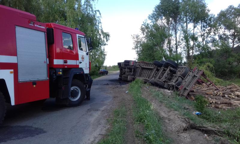 Рятувальники надали допомогу водієві вантажівки, що потрапила у ДТП