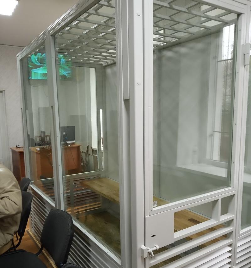 Підсудних утримують у стаціонарному загородженні судової зали без вільного доступу до води й туалету