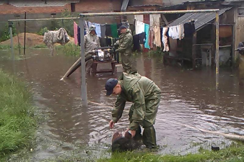 Рятувальники надавали допомогу населенню, ліквідовуючи наслідки підтоплення