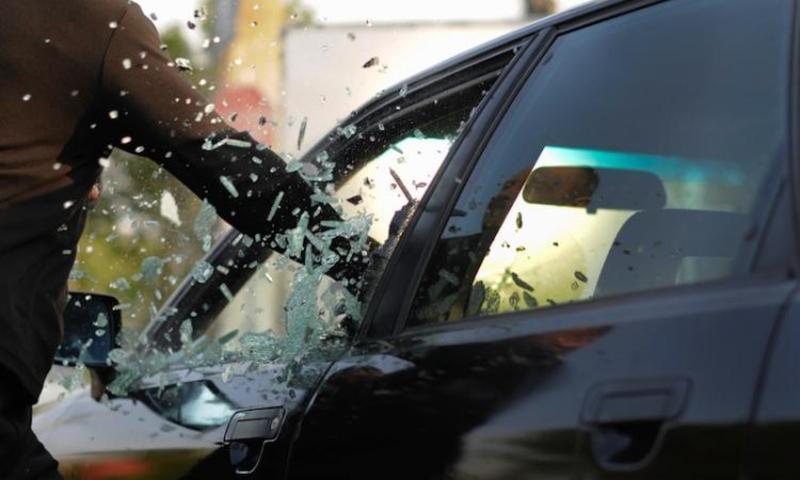 Розбивши вікна чи пошкодивши дверний замок, чоловік проникав всередину автомобілів