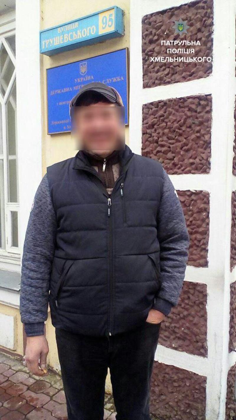 Чоловіка доправили до міграційної служби