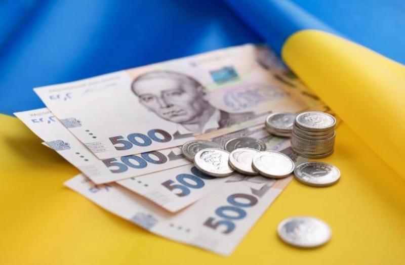 Найвища середня зарплата минулого місяця знову була у фінансистів і страховиків