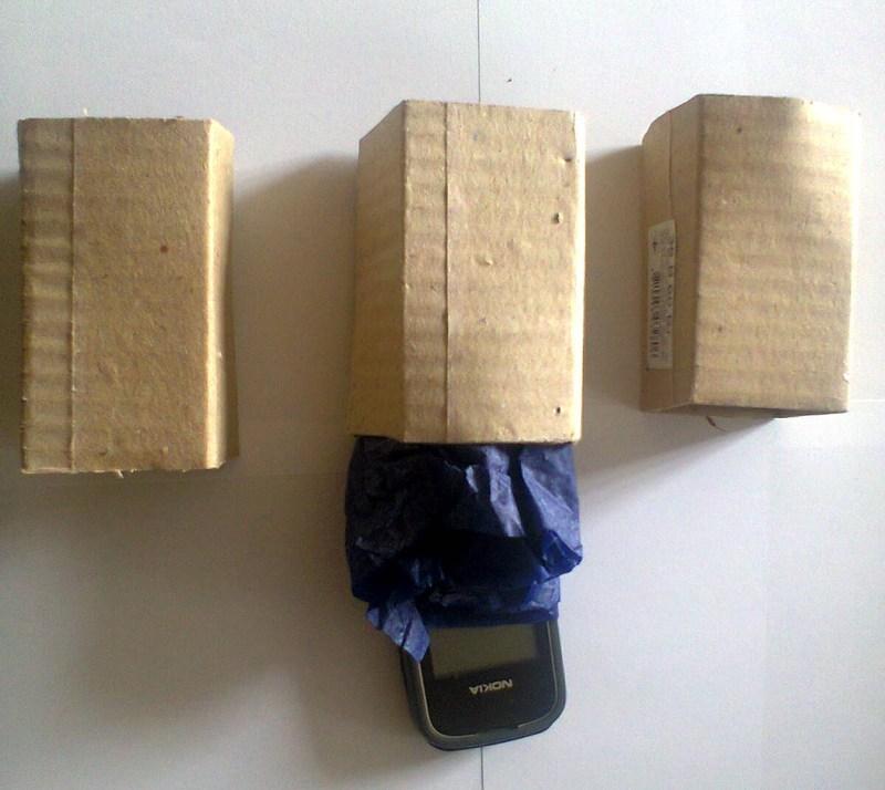 Жінка замотала телефон у копіювальний папір