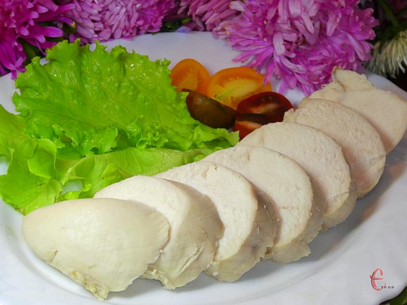 Таку грудку можна використовувати і для приготування салатів, і для других страв, і для м'ясних суфле. Тай сама по собі вона неймовірна смачна.