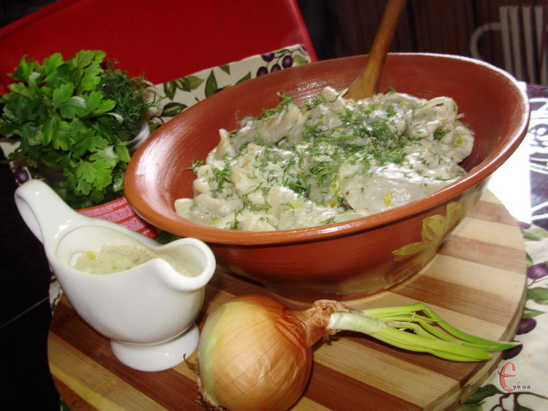 Завдяки соусу з цибулі й сметани смак стає особливо збалансованим, без слідів гіркуватості, що властиво стравам із легенів та печінки.