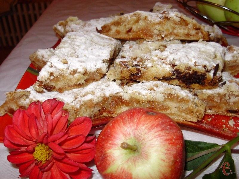 Прекрасний бюджетний яблучний пиріг без яєць і сметани з мінімальною кількістю масла.