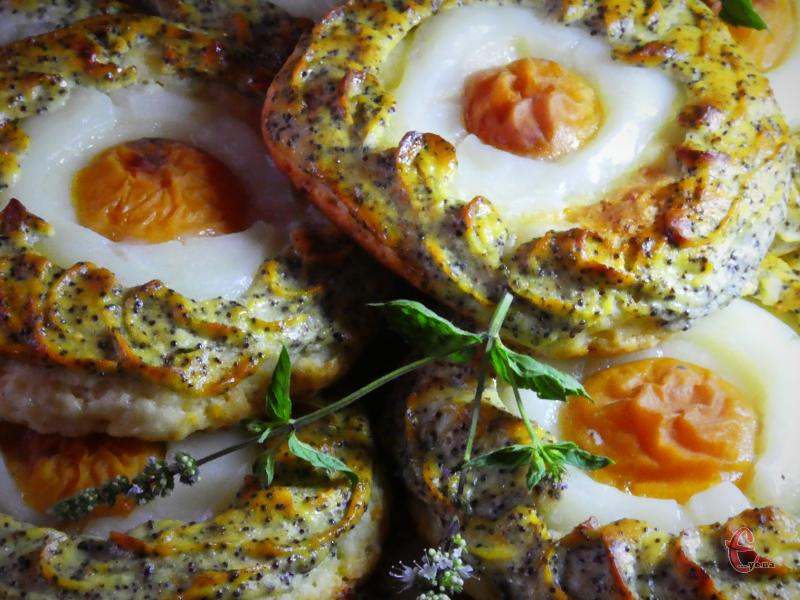 Великий плюс цієї випічки в тому, що тісто в ній використовується сирне, без жодного яйця, а фрукти для начинки підійдуть будь-які.