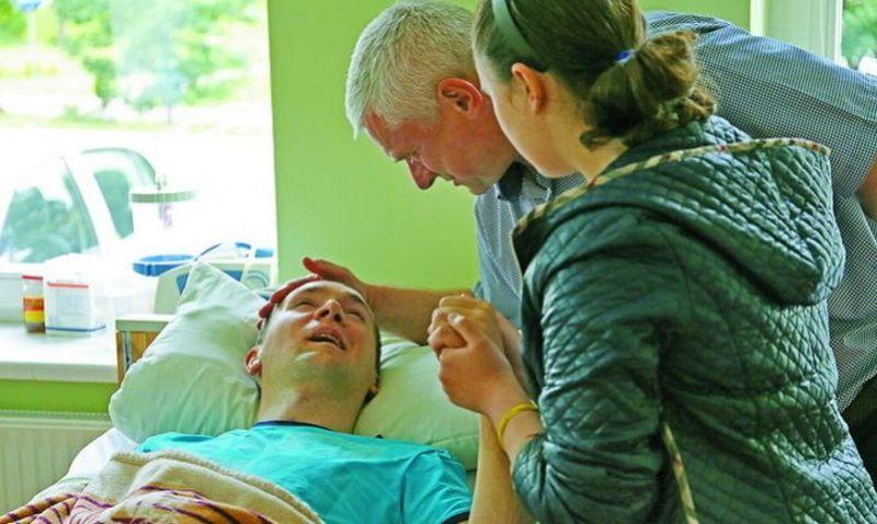 Рідні доглядають за Олександром краще, ніж українські лікарі