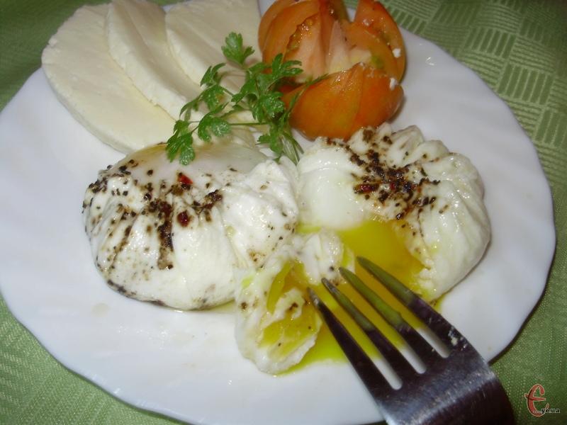 Зварені в такий спосіб яйця, дуже схожі на ті, які подають на сніданок у затишних італійських та французьких кафешках. Мені завжди здавалося, що приготувати їх шалено складно, але виявилося, що це простіше нікуди!