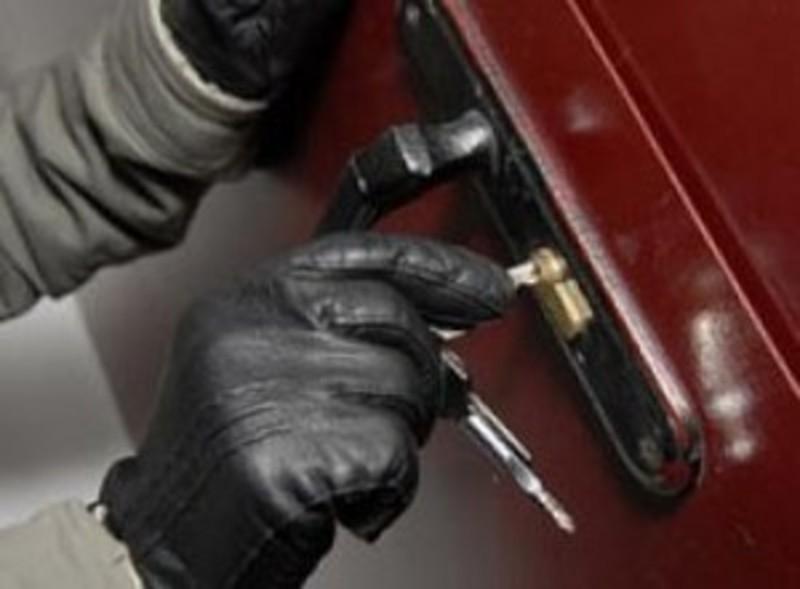 Крадії обікрали п'ять машин,  чотири квартири та гараж