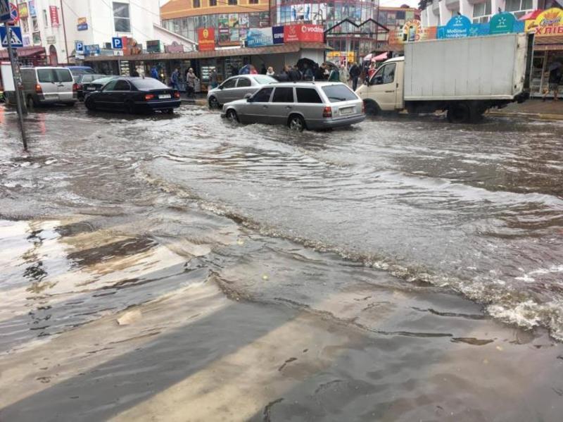 Сильний дощ перетворив дороги та вулиці міста на річки.