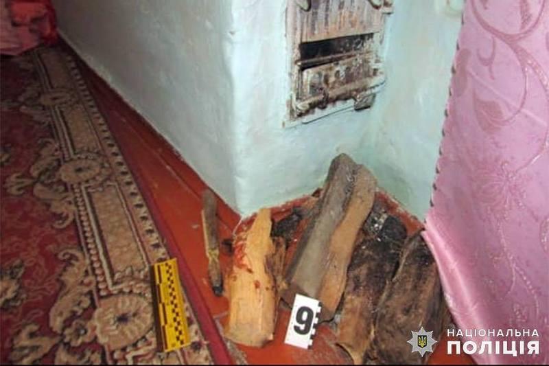 Чоловік вдарив жінку дерев'яним поліном