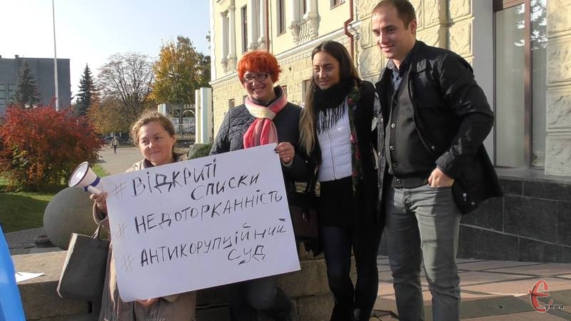 На майдані в Хмельницькому був лише один плакат - за відкриті списки, антикорупційний суд та обмеження депутатської недоторканості