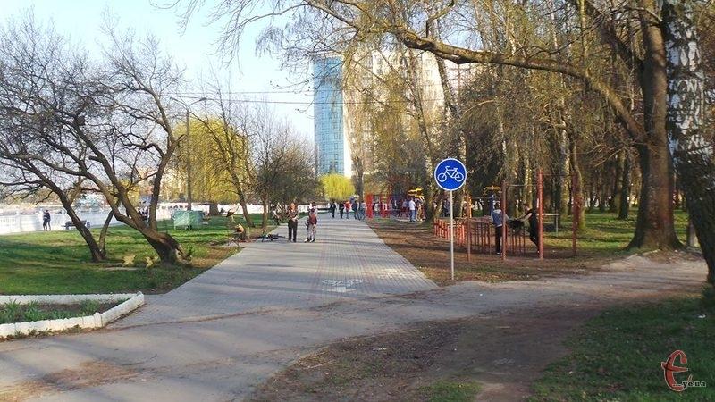Велодоріжки є упродовж всього парку Чекмана