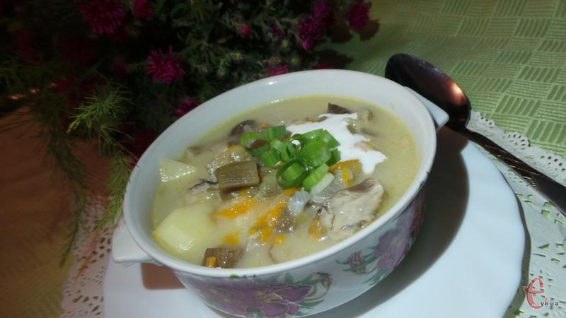 Подавати суп зі сметанкою, посипавши зеленою цибулькою або улюбленою зеленню.