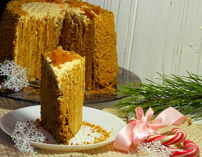 Торт не нудотний, із легкою карамельною ноткою не лише в коржах, але й у кремі.