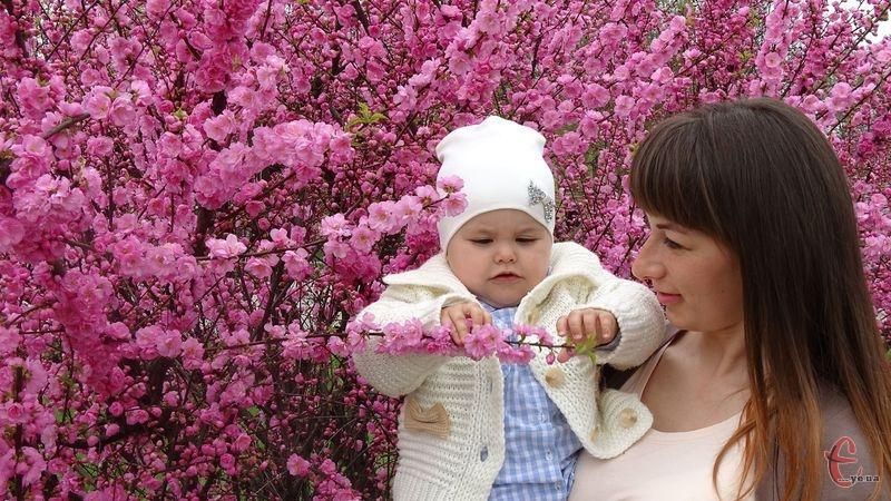 Квіти сакури довподоби маленькій Златі
