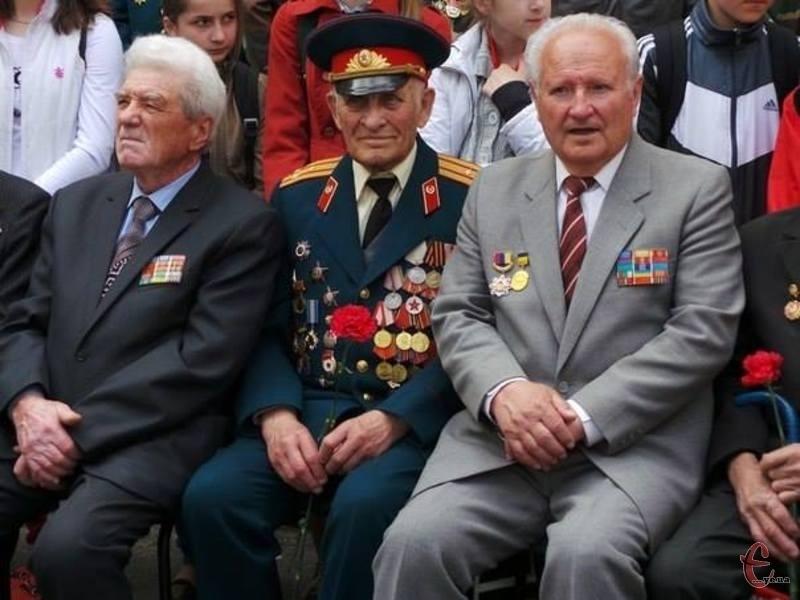 Микола Рязанцев (на фото в середині) у свої 89 років став ініціатором створення Алеї Слави