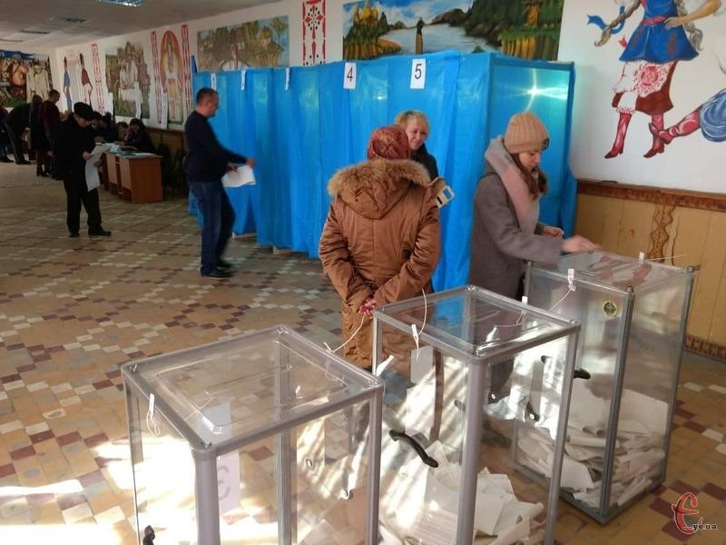 Явка виборців на дільницях Хмельницької області становила 46,94%