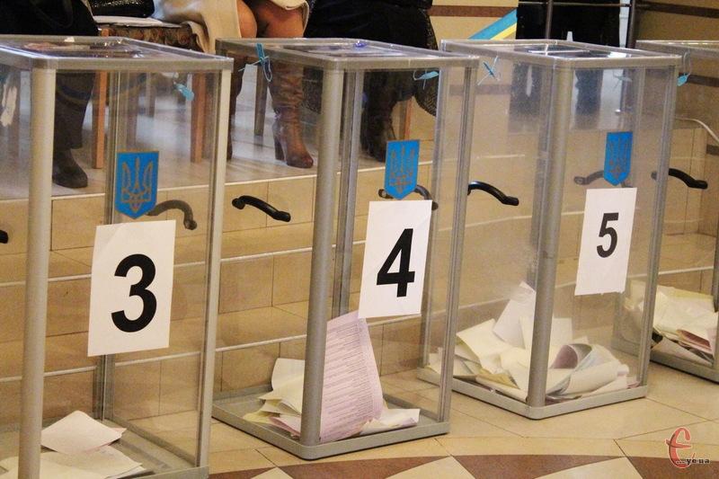Поки що гшоловною інтригою залишається те, які партії пройшли до Хмельницької міської ради та скільки мандатів вони отримають.