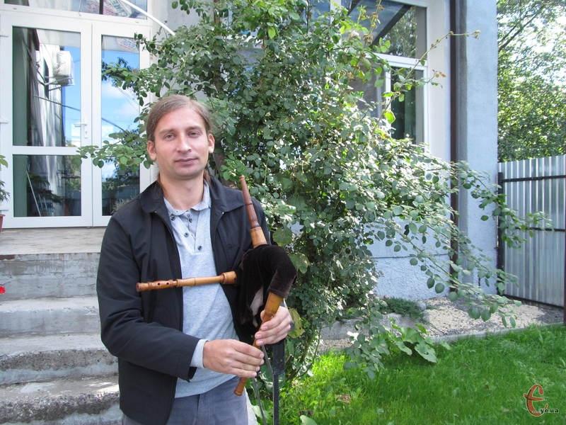 Олег Мельник демонструє волинку власного виробництва
