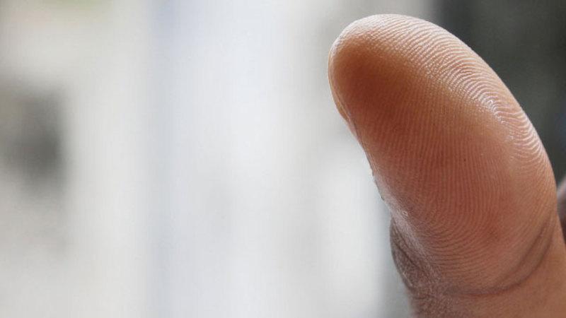 Встановити особоу крадія вдалося завдяки відбиткам пальців, які він залишив у магазинах