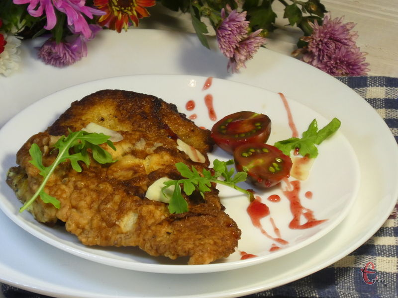 М'ясо виходить дуже соковитим і, звісно ж, ароматним завдяки часнику.