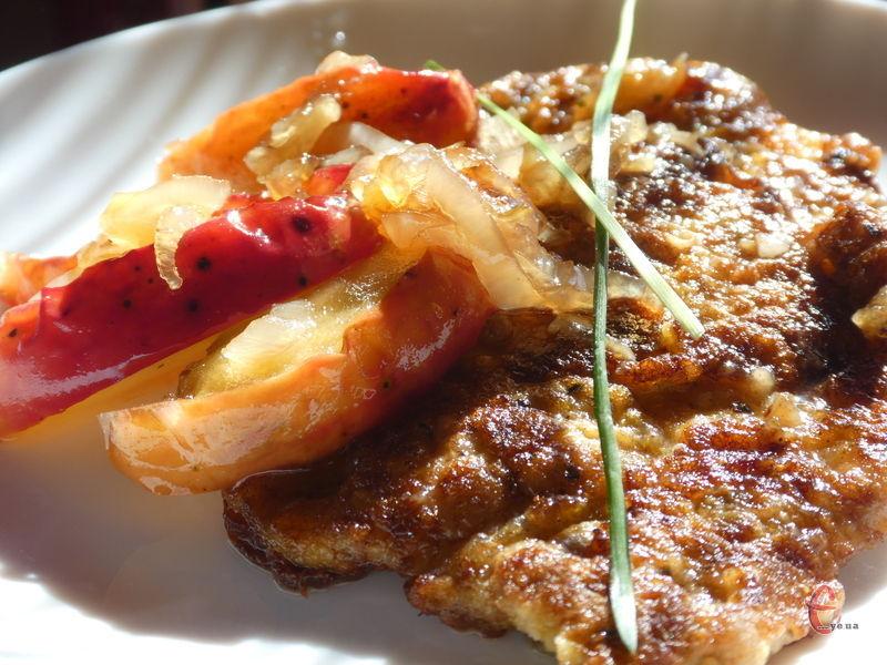 Поєднання свинини з яблуками — кулінарна класика.