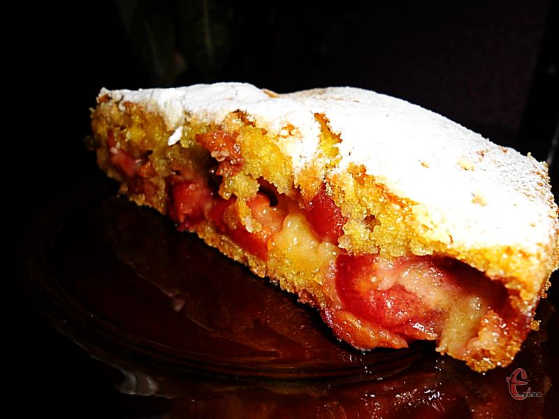 Пиріг виходить вологим, немов просочений сиропом бісквіт.