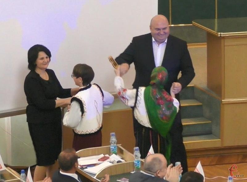 Неоніла Андрійчук та Олександр Корнійчук станцювали в сесійній залі