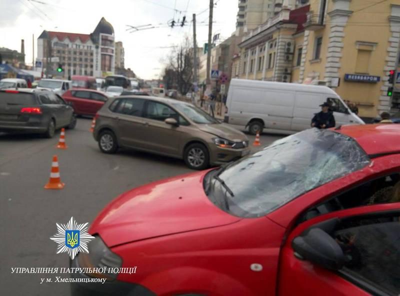 31 березня на перехресті Соборної та Подільської зіштовхнулися дві іномарки, Постраждали двоє осіб – водій та пасажир червоного Chevrolet