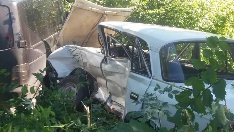 Водія Москвича затиснуло в салоні, а тому довелося за допомогою спецзасобів діставати його з машини